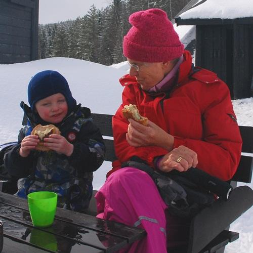 barnebar og bestemor-vinter