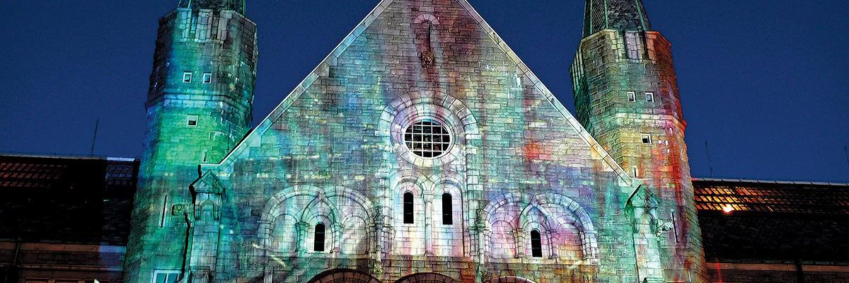 NTNUs hovedbygning lyssatt i ulike farger