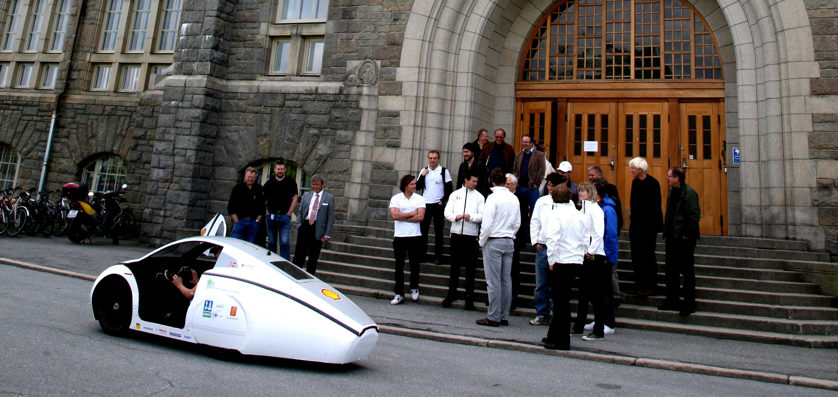 NTNU hovedbygget med miljøbil. Foto: Christine Sætre
