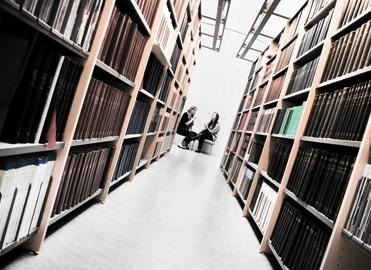Studenter i bibliotek