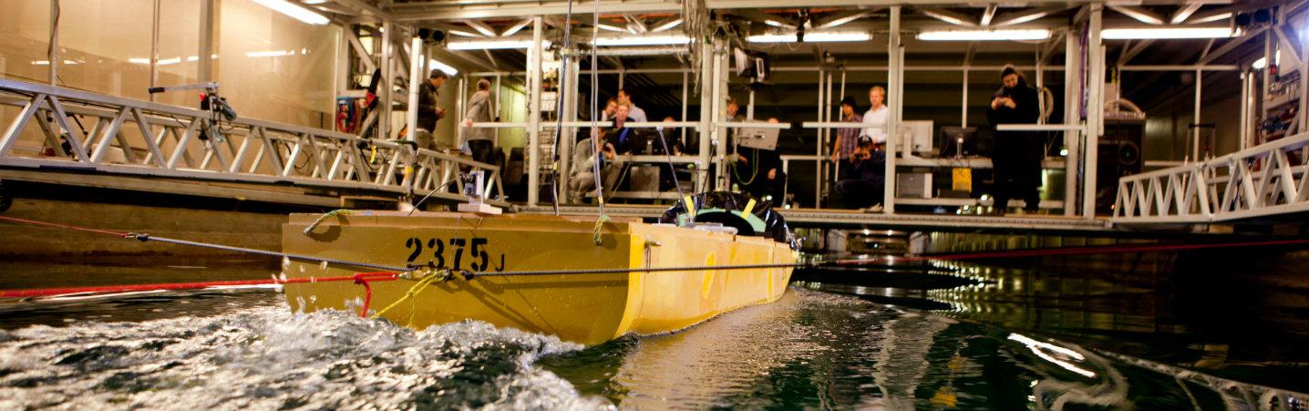 Båt i havbassenget på Tyholt. Foto.