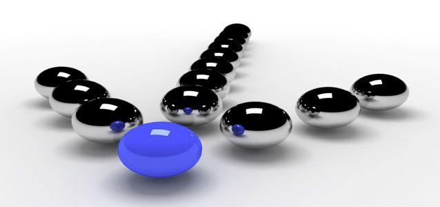 Kuler som ligger i formasjon som en pil, den fremste kula er blå. Foto.