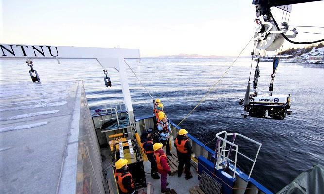 ROV heises ombord i forskningsfartøy