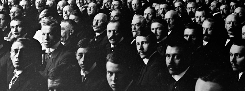 Gammelt bilde av en forsamling med menn