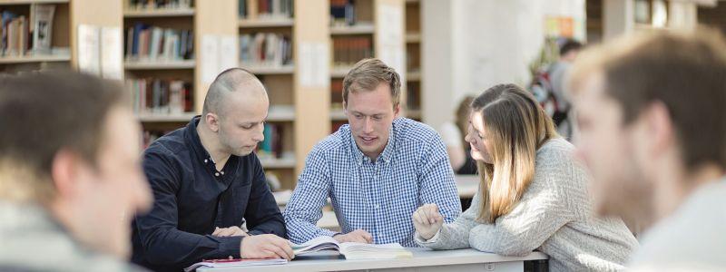 Bilde av studenter som jobber Foto:Elin Iversen/NTNU