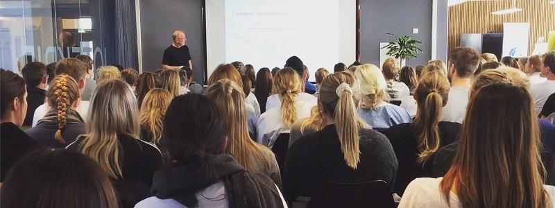 Bilde fra foredrag i et klasserom  Foto;NTNU