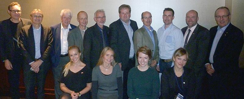 Gunnar Bovim med reisefølge og alumner i Toronto. Foto.