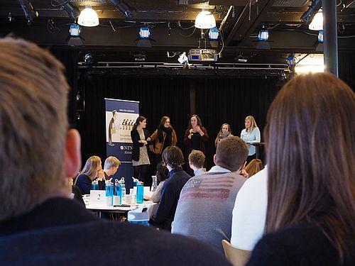 Alumnuskompass for samfunnsøkonomi. Diskusjon på scenen og i salen. Foto.
