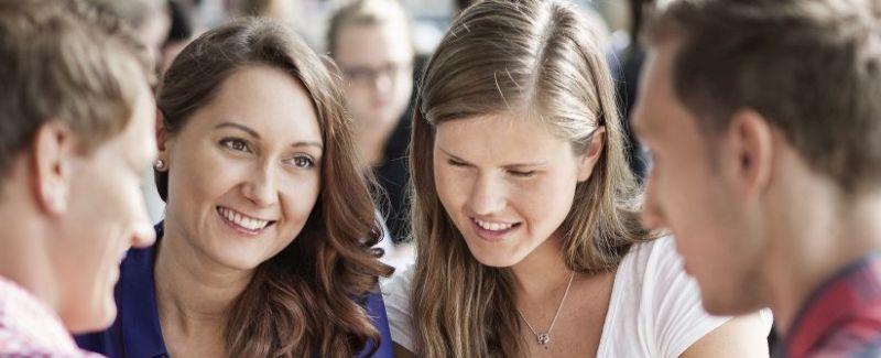 Studenter som snakker seg i mellom. Foto.