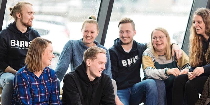 En gruppe studenter som prater og ler. Foto.