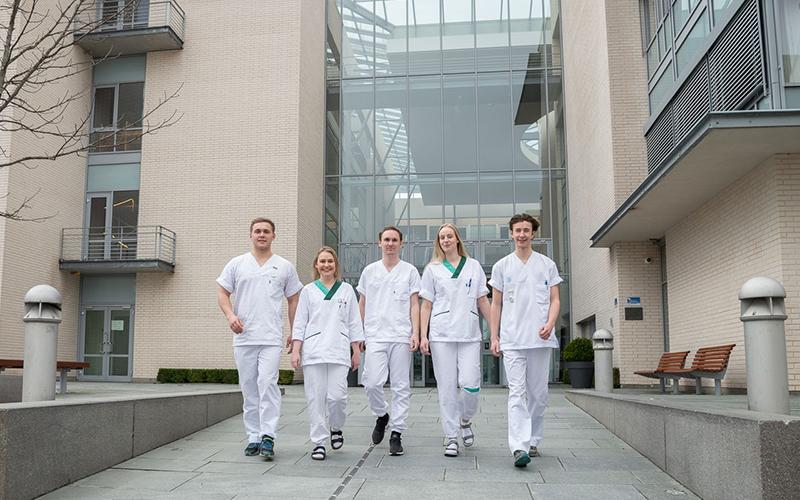 Fem sykepleierstudenter ved NTNU i Ålesund. Bilde