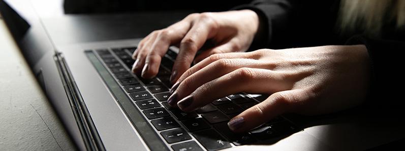 Hender som jobber på et tastatur