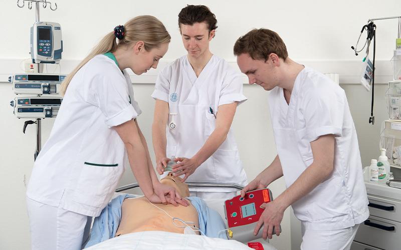 Tre studenter med pasientsimulator