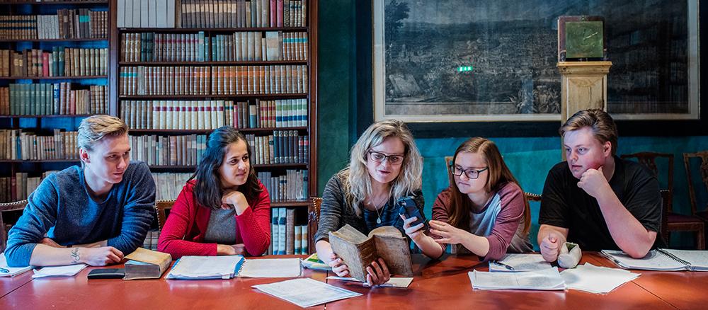 Latinstudenter i Knudtzonsalen på Gunnerusbiblioteket. Foto: Lena Knutli