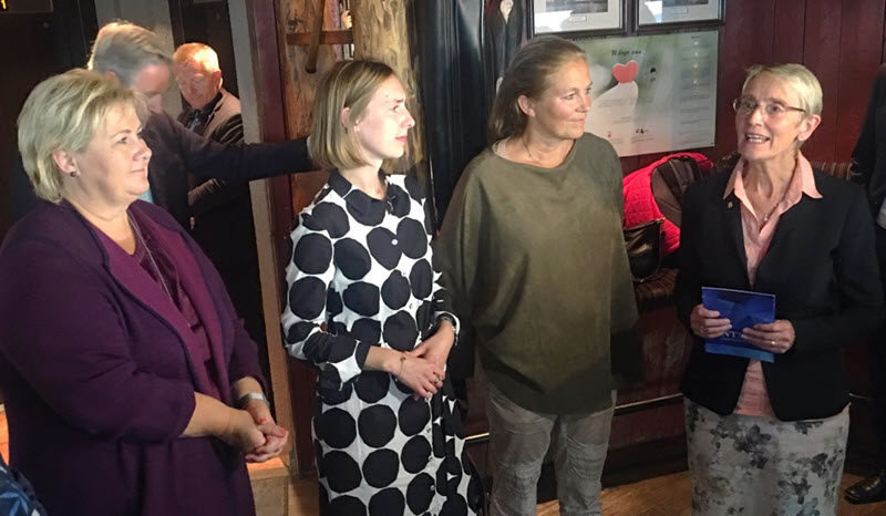 Prime Minister Erna Solberg, Minister of Research and Higher Education Iselin Nybø, Sintef's CEO Alexandra Bech Gjørv and Acting Rector Anne Borg in a discussion at the press conference.