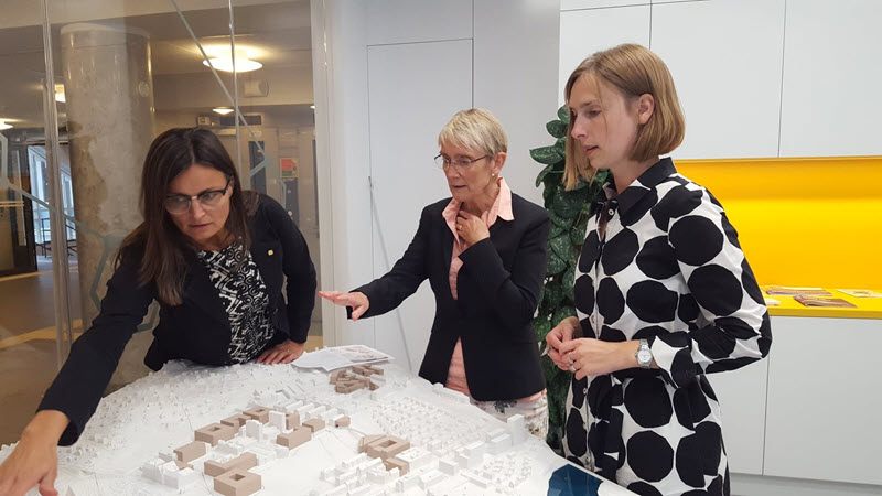 Project Director for Campus Development Merete Kvidal, Rector Anne Borg and minister for Research and Higher Education Iselin Nybø are studying a model of possible building areas.
