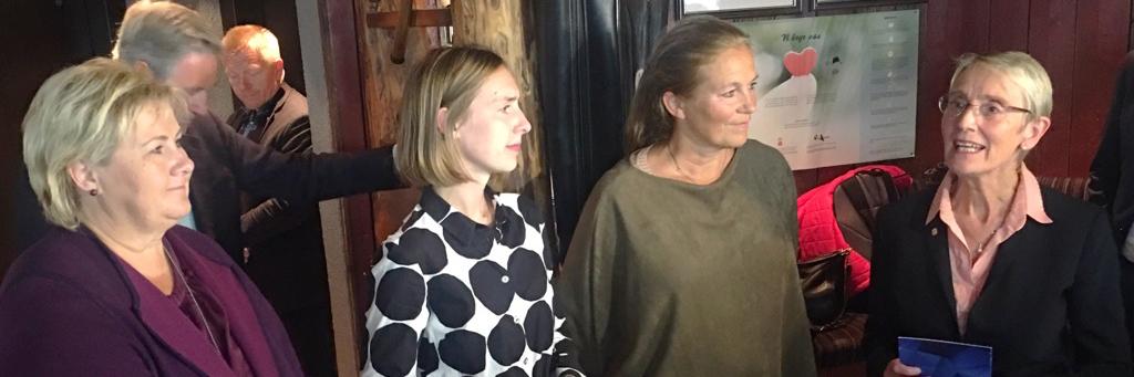 Statsminister Erna Solberg, forsknings- og utdanningsminister Iselin Nybø, Sintefs konsernsjef Alexandra Bech Gjørv og konstituert rektor Anne Borg i samtale.