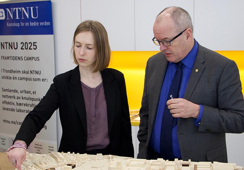 Rektor Gunnar Bovim og forsknings- og høyere utdanningsminister Iselin Nybø ser på modell av Gløshaugen.