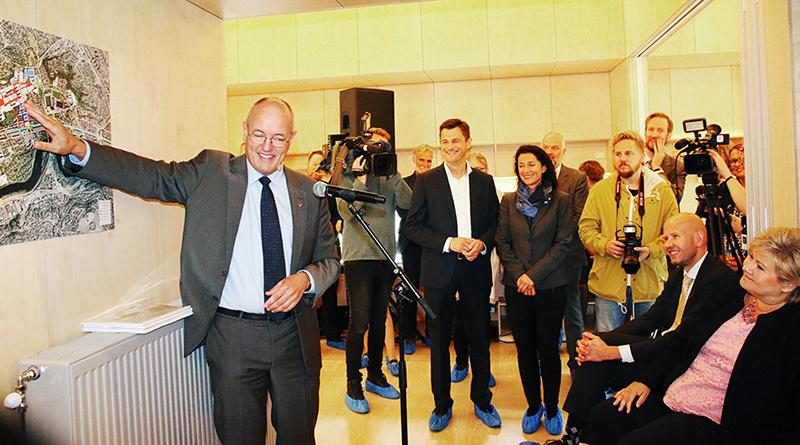 Pressekonferanse hvor rektor Gunnar Bovim peker på et kart foran statsminister Erna Solberg.
