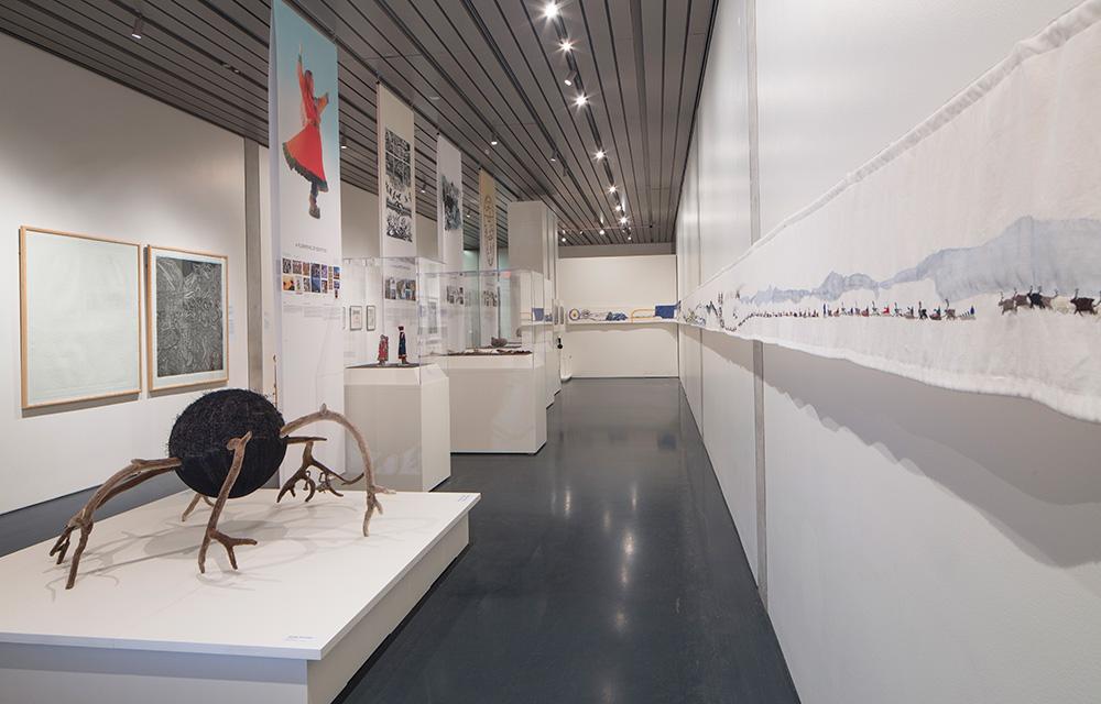 Fra utstillingen Sámi Stories: Art and Identity of an Arctic People. Anchorage Museum, Alaska. Kuratorer: Marit Anne Hauan og Charis Gullickson. Viste verk: Aslaug M. Juliussen HornSpinne (2006) og Britta Marakatt-Labba Historien (2003-07). Foto: