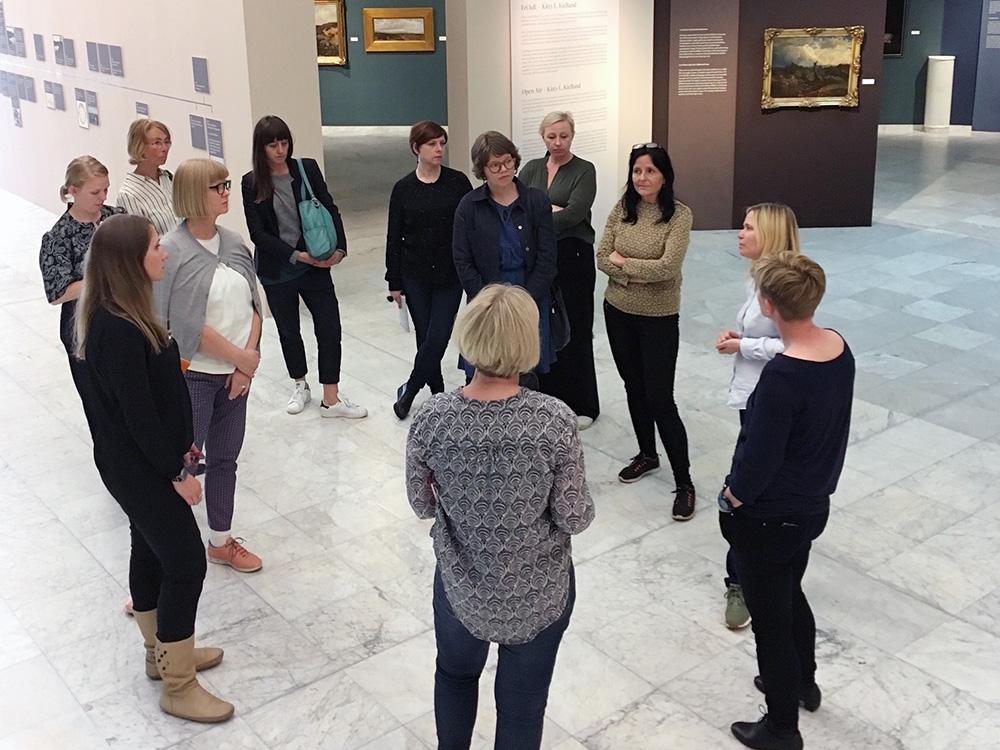 BIlde av medlemmer i nettverket på besøk hos Stavanger kunstmuseum, juni 2017