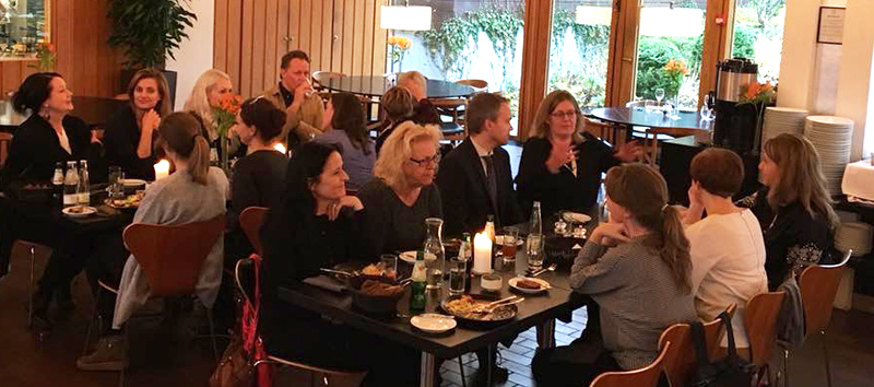 En gruppe kunstforskere som spiser lunsj og diskuterer. Foto.