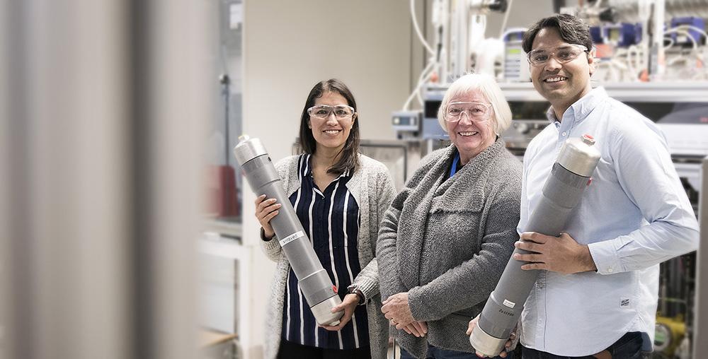 Forsker Maria Teresa Guzman Gutierrez, professor May-Britt Hägg, forsker Shamim Haider. Foto: synlig.no