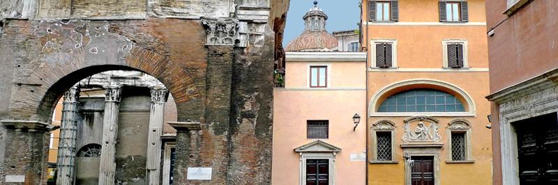 Bygninger og bueganger i italiensk by.