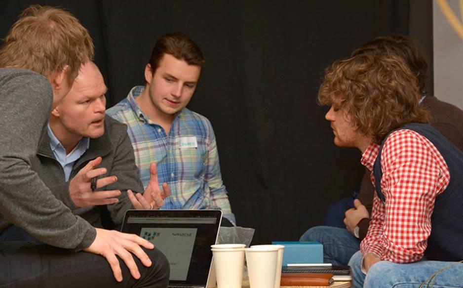 Tre forskere i diskusjon