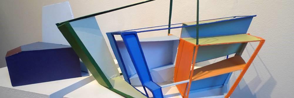 Modell bestående av geometriske former i mange farger