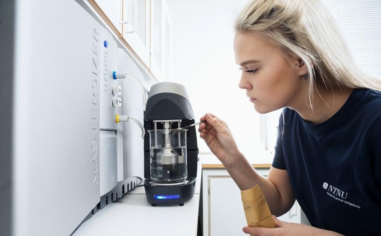 Student gjør laboratoriearbeid