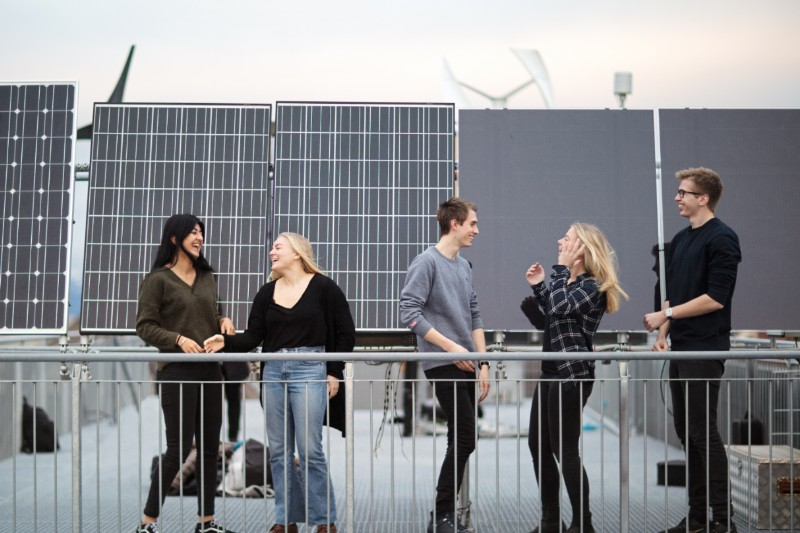 Studenter foran solcellepanel