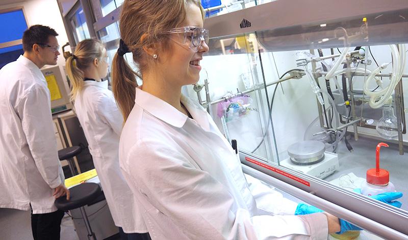 Studenter på kjemilab. Foto