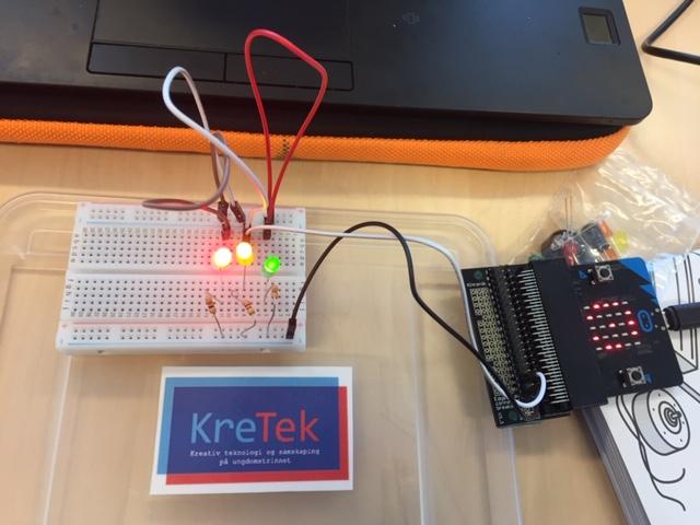 KreTek logo og elektronikkoppsett med lys. Foto.