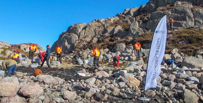 Personer som rydder plast ved Mausund. Foto