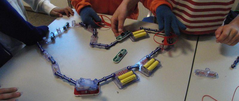 Elever som bygger en elektrisk krets. Foto.