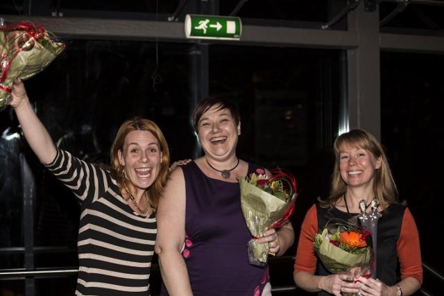 Tre kvinner holder hver sin blomsterbukett og smiler bredt etter å ha blitt tildelt Likestillingsprisen 2013.