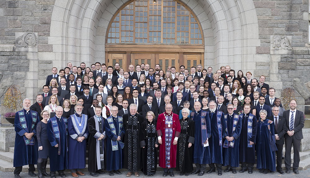 Doktorander, æresdoktorer, rektorat og dekanat foran Hovedbygningen, NTNU