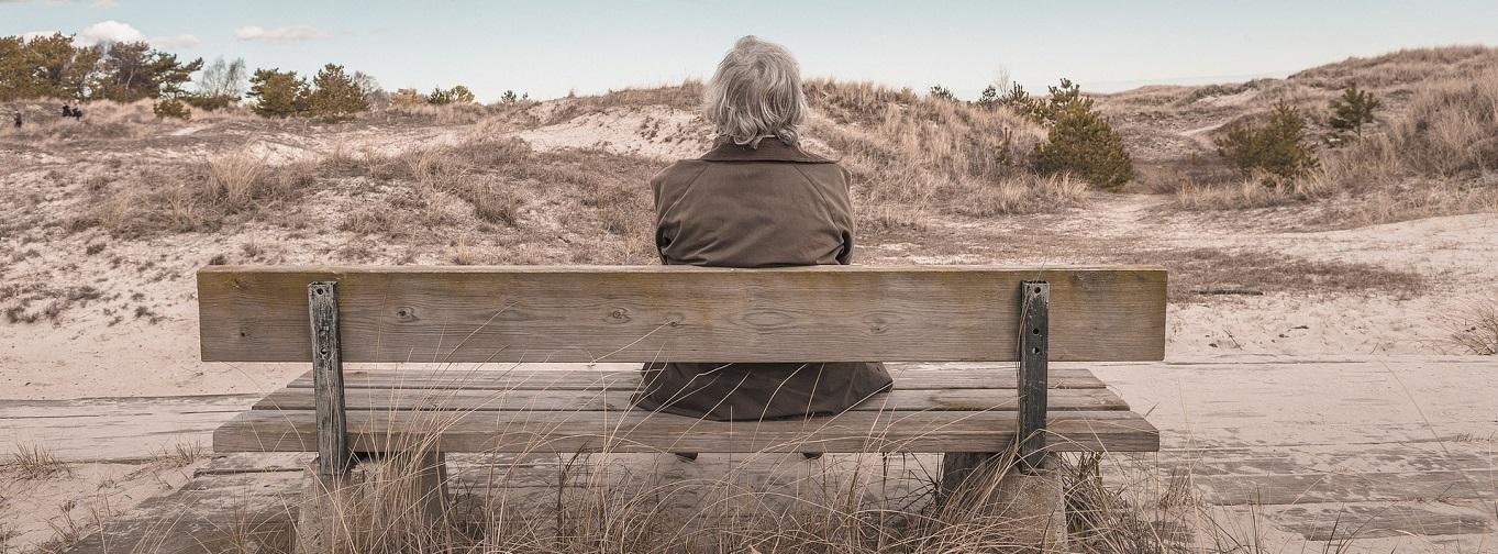 Eldre kvinne på benk