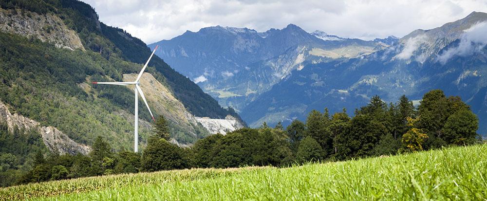 Bilde av vindmølle og fjell - fotografi
